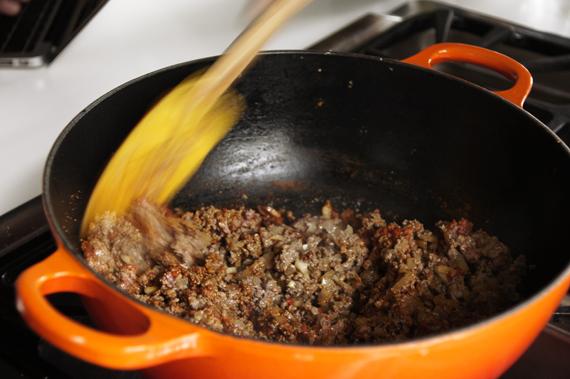 1.起油鍋,炒香大蒜、洋蔥與培根,中火炒至洋蔥上色且培根油脂出來,用鍋鏟拌開絞肉避免結塊,翻炒到變色為止。 2.加入墨西哥綜合香料,小心別炒太久以免產生苦味。快速拌勻後加入少許鹽巴與胡椒作第一次調味。此次調味需稍淡,若用市售的香料粉需斟酌鹽巴的用量。