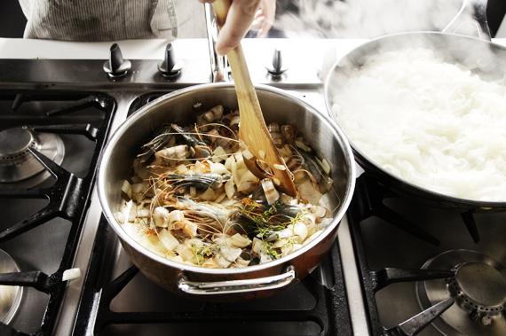 2. 放入蝦殼和百里香,繼續以中火炒到蝦殼變紅。如果海鮮味道要重一點,可以用比較硬的炒勺將蝦頭的漿擠出來。