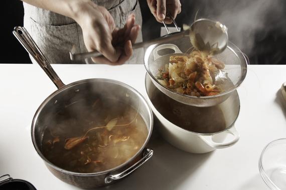 4. 將高湯過濾起來備用。