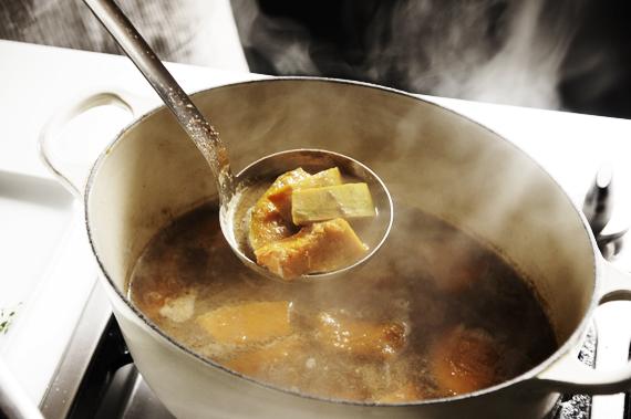 2. 把烤熟的南瓜放入湯鍋內,加入高湯和其他的乾香料,以小火燉煮約10分鐘。