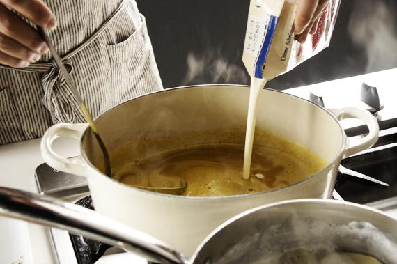 溫馨小提醒:打熱濃湯,手要扶緊,因為熱蒸氣會容易噴發,小心燙傷!