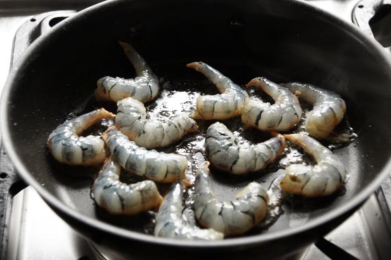 A. 蝦子先熱鍋下油,依序將雙面上色,加入少許鹽巴和黑胡椒調味。