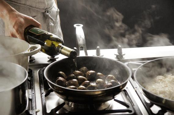 C. 熱鍋後依序加入炒油、蛤蜊、雪莉酒(或白酒),因為是最後一個炒可以將蝦子和干貝的香味提出。酒精蒸發後蓋鍋可以讓蛤蜊比較快熟。熟了就要立即熄火! 最後步驟: 盛盤後加入海鮮及巴西里葉(份量外)即完成。