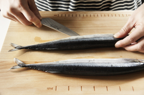 1. 將魚從側面剖開,取出內臟。