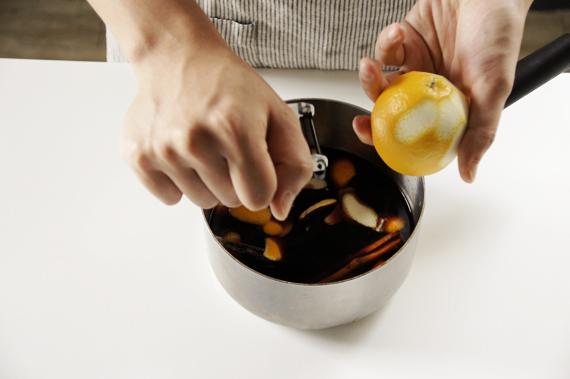 1. 準備可以放入西洋梨數量的鍋子,加入酒、紅糖和所有香料,如果有用過的香草莢也可以放1根進去。紅酒滾沸後轉小火煮3-5分鐘,將苦澀的酒精蒸發。
