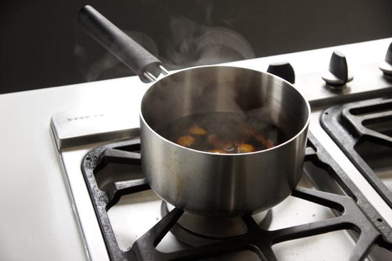 4. 將剩下紅酒醬汁繼續收至濃縮,過濾後淋在梨子上就完成了。如果今天紅酒比較多,也可以在這個時候加入一些砂糖,縮短濃縮醬汁的時間和增加濃稠度!