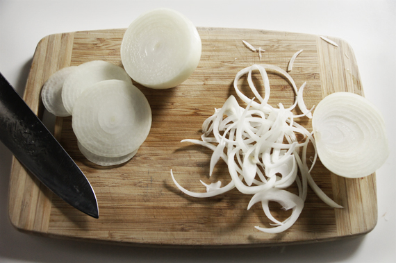 (左/逆紋,右/順紋) 洋蔥的切法 洋蔥主要有兩種切法:順紋和逆紋。(看下方圖說指示)順紋會留住纖維,主要是保留洋蔥清脆的口感,在大部分料理都是使用順紋的切法。傳統法式洋蔥湯裡不需要口感,需要的是洋蔥甜味,所以使用逆紋切法可以將洋蔥纖維切斷,再用小火慢慢地把甜味給炒出來。