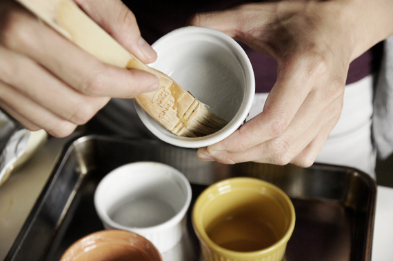 1. 烤模刷上奶油後,放入冰箱冷藏備用。