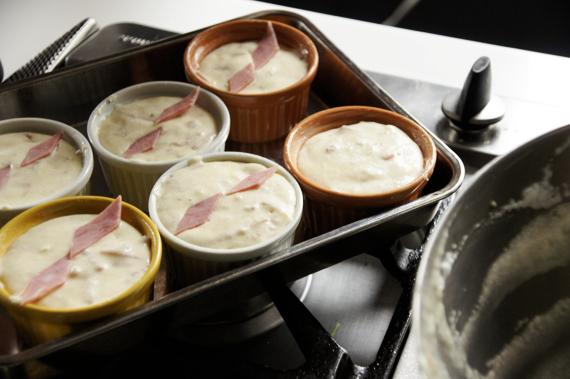 7. 填入烤模後,表面再以起司與火腿裝飾,放入預熱好的烤箱以攝氏180-200度烤約25分鐘。