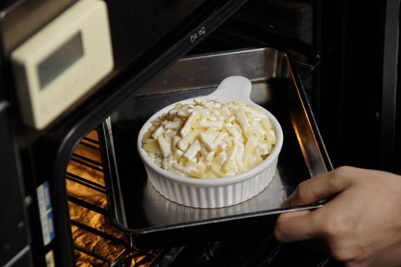 4. 放入烤箱,以攝氏200度烤約10分鐘,直到表面的起司融化,變成金黃色澤就可以。(烘烤時間以高度為主)2-3層約烤10分鐘