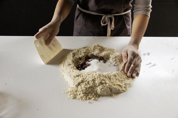 2. 加入泡開的葡萄乾和糖、鹽,接著倒入蛋與牛奶(蛋奶要先混合均勻)。