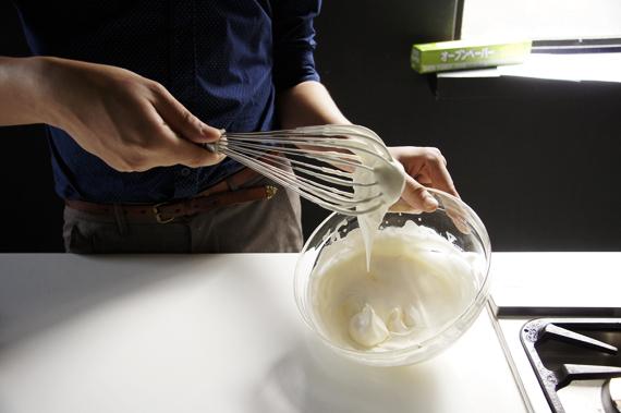 6. 依序加入打至七分發的鮮奶油,然後放到冰箱內冷卻(至少一個鐘頭)。
