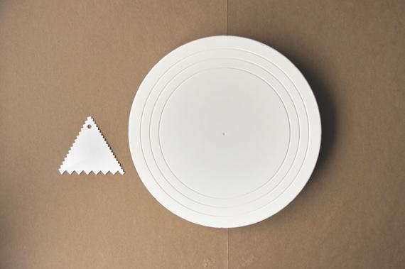 * 如何做出南瓜塔上方的線條呢? 我們使用的是上面照片左邊的鋸齒刮板,也可以將南瓜塔放在轉盤(照片右邊)上邊轉邊刮的方式刮出線條,也會非常漂亮喔!
