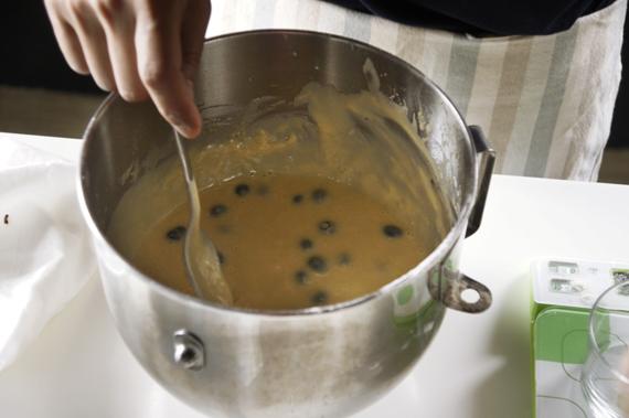 5. 加入藍莓拌勻,填入前模型要記得塗一層軟奶油!