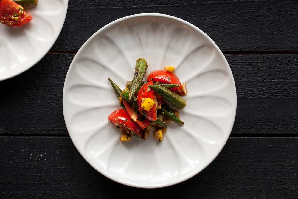 炙烤秋葵與番茄佐香草漬檸檬醬
