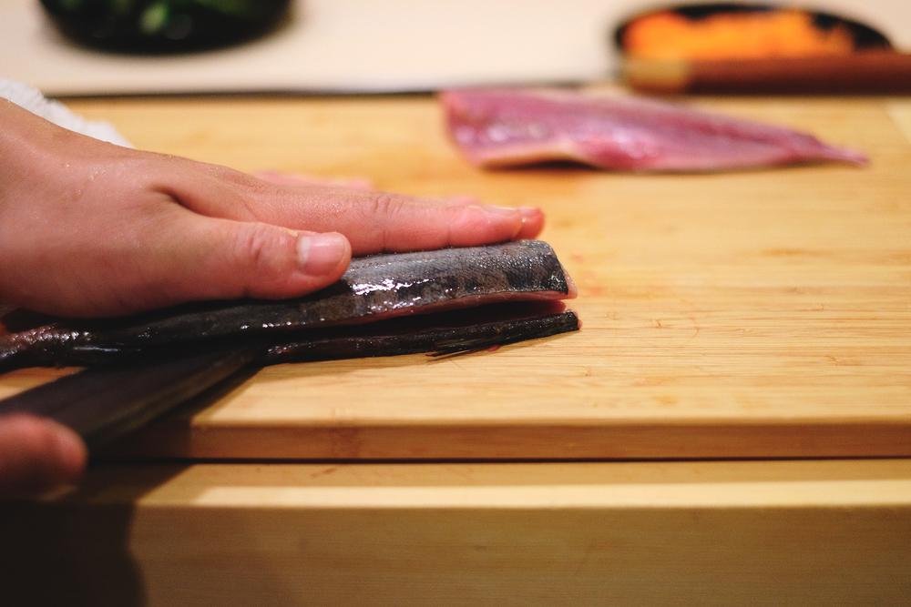 6. 將剖開那面朝下,重復上面的動作把另一面的魚肉取出