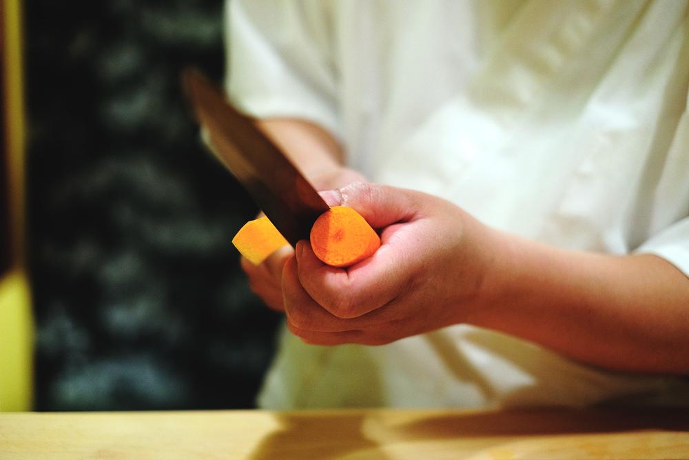 2. 刀子上下動,蘿蔔邊轉,削成片