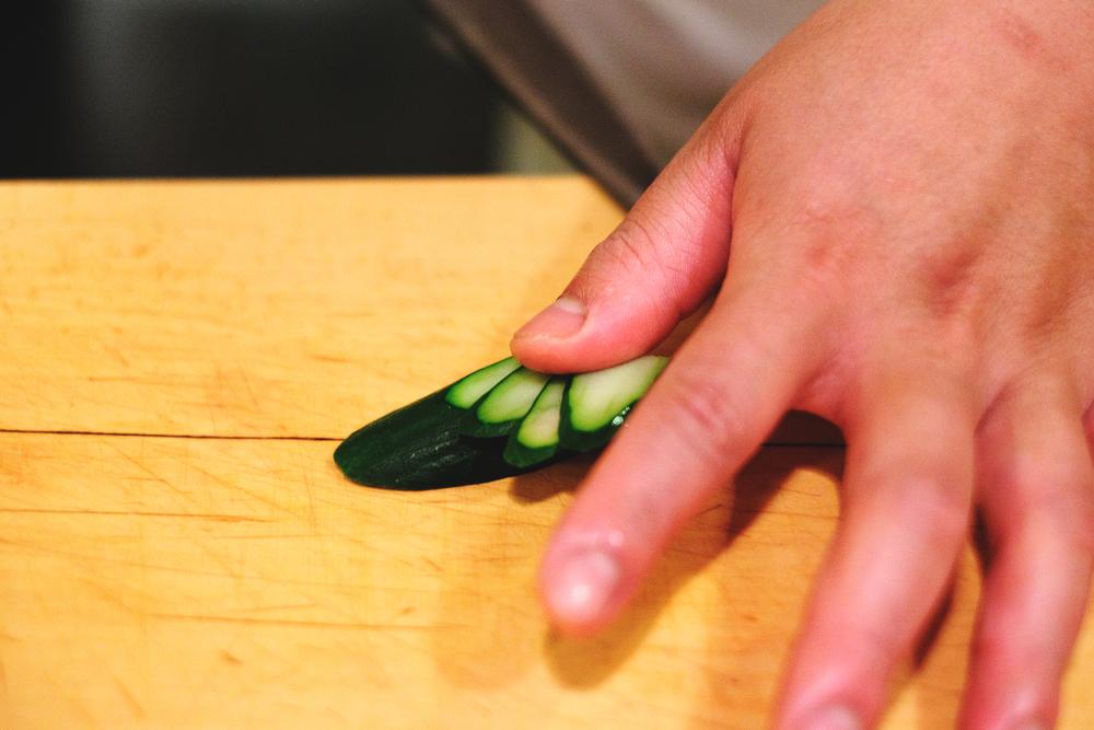 2. 大拇指抵住一個點,取一個薄片的寬度平切(切斷)