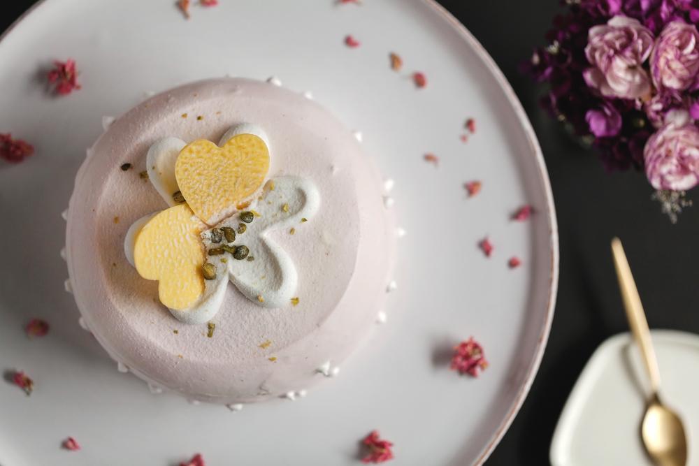 粉紅草莓香堤蛋糕吃得到Q彈濕潤的口感,內餡是微甜的白巧克力慕斯,蛋糕外層披覆的草莓鮮奶油,隱隱散發甜美的清香,令人耽溺不已。