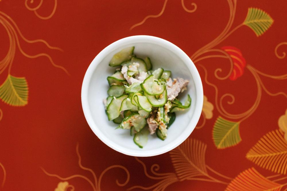 芝麻黃瓜雞肉涼拌 切得薄透的黃瓜,與芝麻與肉絲相拌的口感與滋味饒富趣味,誘人一吃再吃,實為簡單又深刻的一品。