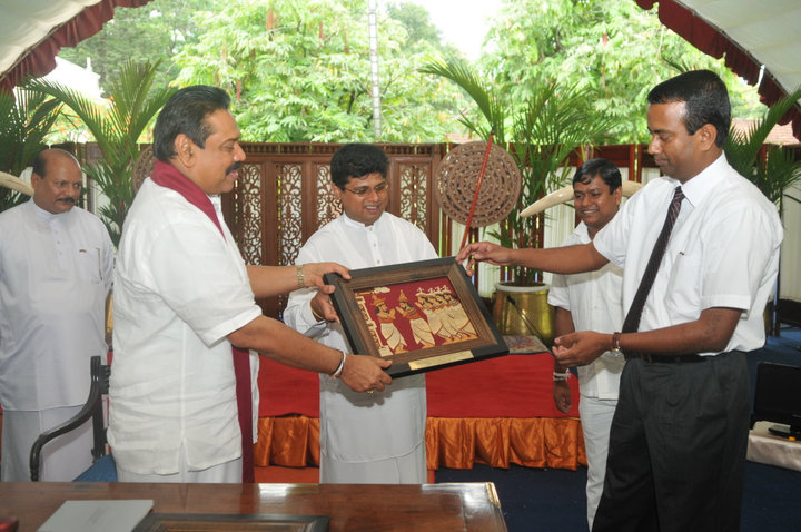 Token of appreciation presenting to Dilum Alagiyawanna by President Hon. Mahinda Rajapaksa for the contribution extended to Kandy Esala Perahera 2010