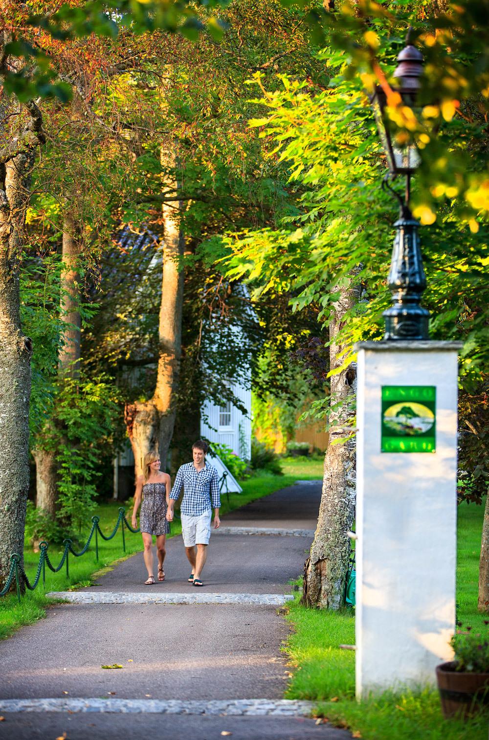 Vakker sensommerkveld på Engø. Livet går sin gang, ta vare på hverandre. Unn dere et romantisk opphold på Engø Gård