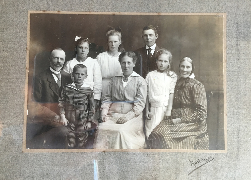 Familien til Gunnar Syversen. Faren til Gunnar Syversen er den unge gutten nederst til venstre i bildet. Fotografiet er fra 1915.