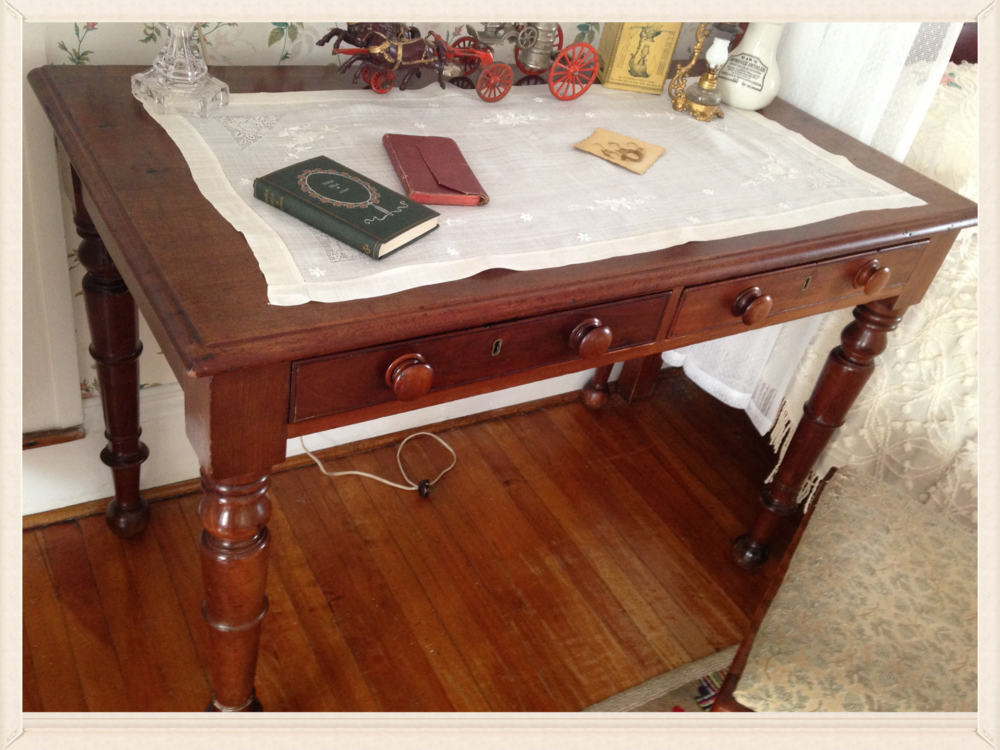 I sooooo want one of these antique ladies' writing desks. This one has GORGEOUS handmade dovetailed joints in the drawers.