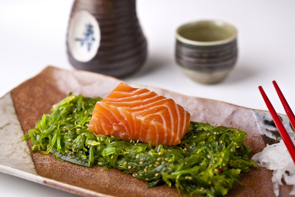 Salmon, wakame and sencha tea for cellulite