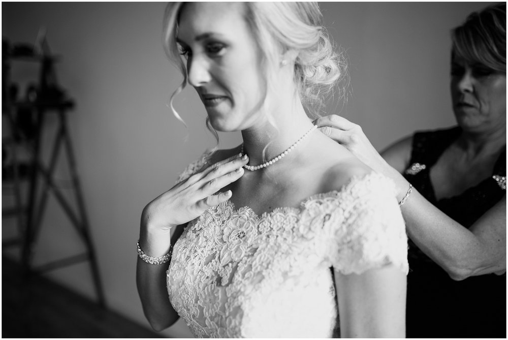 bride-getting-ready-louisville-wedding_0016.jpg