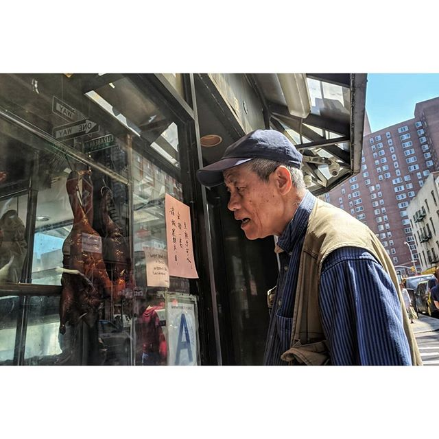 Checking out the window ducks. . . . #chinatown #nyc #manhattan #usa #newyorkcity #nyny #streetphotography #streetphotos #makepictures