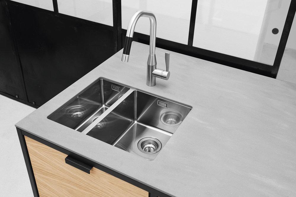Kompromisslose Qualität: Die sachliche Spüle mit wählbaren Armaturen von klassisch mit ausziehbarer Brause bis zur Kochendwasser-Ausführung.