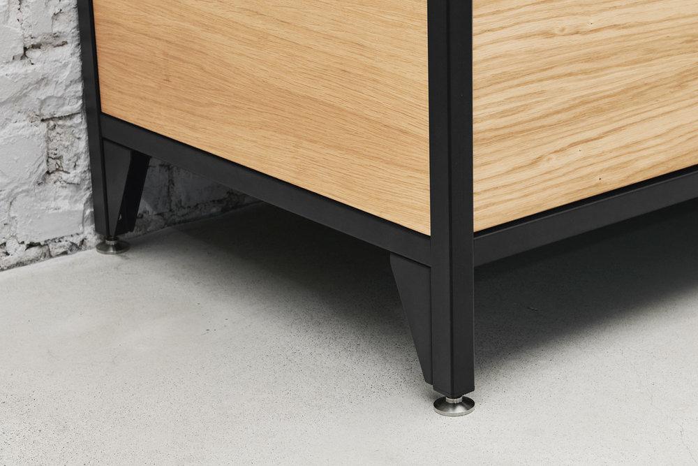 Ähnlich Gastroküchen ruhen die Module auf verstellbaren Füßen aus Edelstahl. So bleibt die Küche einfach zu reinigen und Unebenheiten des Bodens können ausgeglichen werden.