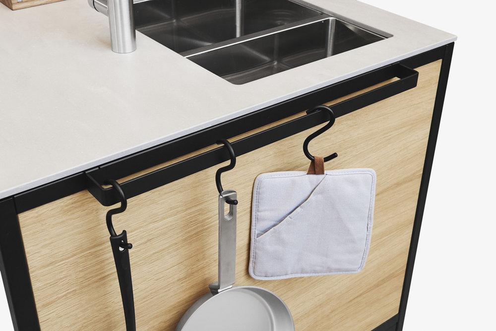 Hängen, wohin man will: Der magnetisch anzubringende Halter für Handtuch und Küchenwerkzeuge.
