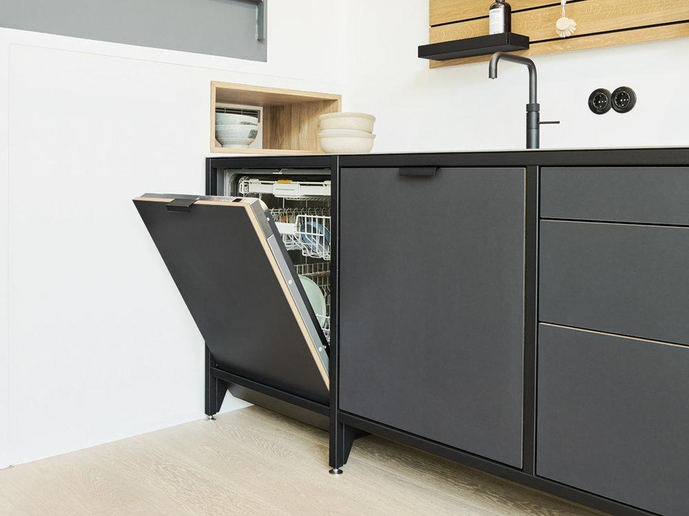Die Spülmaschine Klassik oder Kompakt ist in jedes Modul integrierbar. In Pantryküchen macht der schmale Geschirrspüler Gebrauchtes sauber.