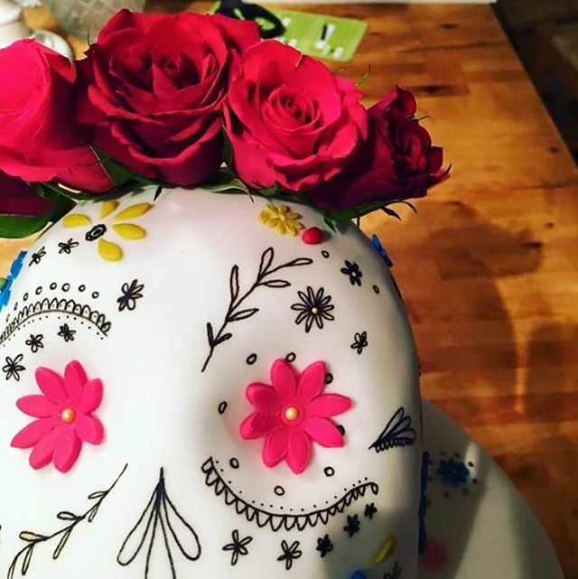 Happy Halloweeeeeeen ☠️🌹💀🎃🕸🌹 #cakeart #cakestagram #cakedesign #cakeideas #cakesofinstagram #cakedecorating #baking #bakingfun #diadelosmuertos #sugarskull #halloweencake #celebrationcakes