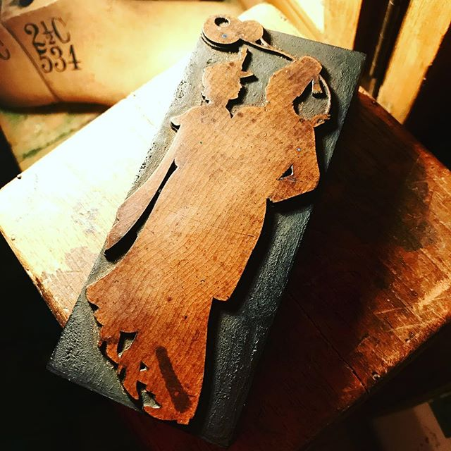 "First time I've found one of these - original 5"" De Little cut #hensteeth #delittle #york #type #woodtype #woodblock #letterpress #printingblocks #woodletter #vintage #printing"
