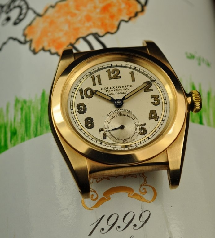 Slightly earlier model with another amazing two-tone dial, note the mired effect to the outer track.