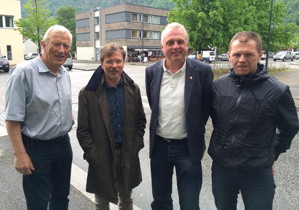 Samarbeidar for positiv næringsutvikling. F.v. Roald A. Johansen i IFO, rådmann Alf Olsen, ordførar Jan-Geir Solheim og dagleg leiar Arve Tokvam i Lærdal Næringsutvikling.