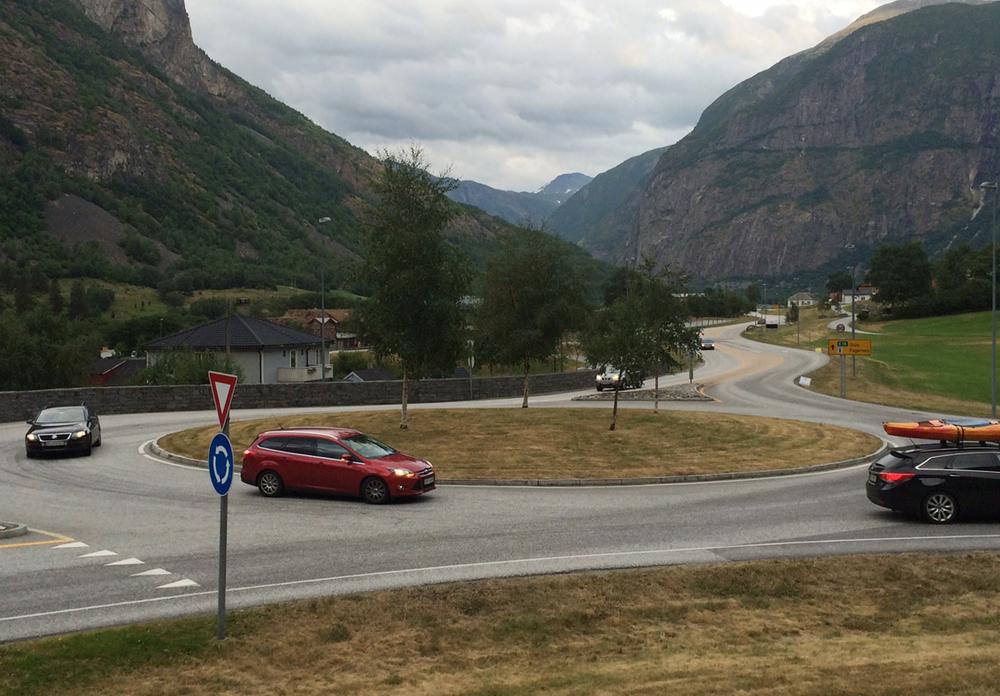 Rundkjøring i Håbakken i Lærdal.