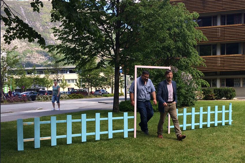 Kommunalsjef tekniske tenester Alf Magne Hjellum og rådmann Alf Olsen jr. prøvde «Porten til Øyri» då dei etter arbeidstid kom for å sjå kva ungane hadde lagai Rådhusparken. Porten er ein av mange idear skapt av ungane.
