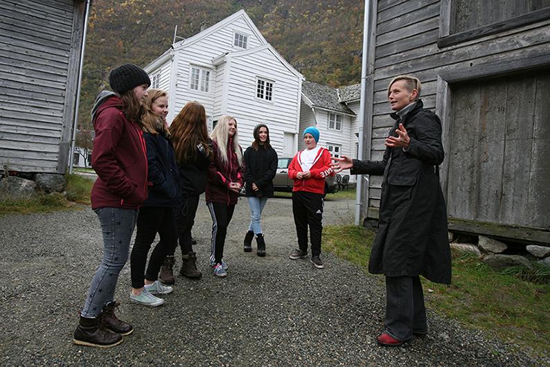 Delar av niande klasse og arkitekt Tina Sinclair frå Arkitektgruppen Cubus på Løytnantsbryggja. Foto: Odd Helge Brugrand