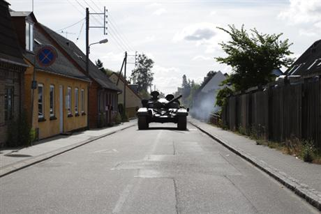 Köken Ergun'unTANKLOVE(2008) videosundan bir kare