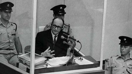 """von trotta'nın filminde (2013) eichmann'ın """"gerçek"""" yargılanma görüntüleri izliyoruz. arendt'ın tezini destekleyen bir görünüm sunmaktadır eichmann. bir de,   kötülüğün sıradanlığı""""nın sıradanlığı  , yazısına bakınız aklıma gelmişken."""