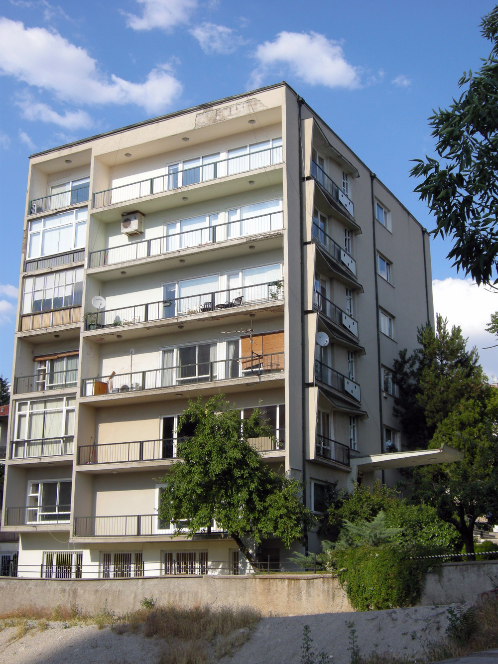 Adnan Canbek ve Boylu Apartmanı