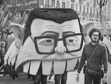 Piero Gilardi ile Collettivo La Comune'nin  Andreottile  (Torino, 1977) adlı sokak performansından