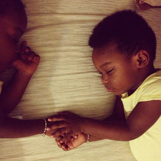 Dodo main dans la main! #twins #love #siblings #sleeping #hrmarsan