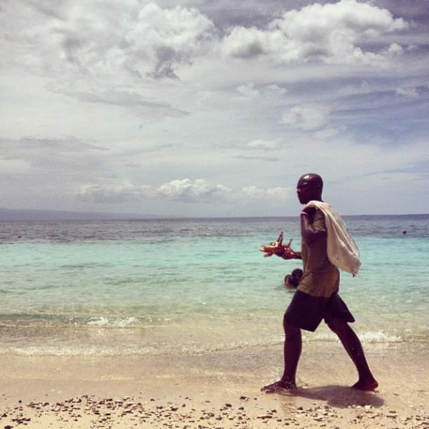 Le marchand de crabe #crab #beach #haiti #haititourism #summer #sea #sky  (at Wahoo Bay Beach)