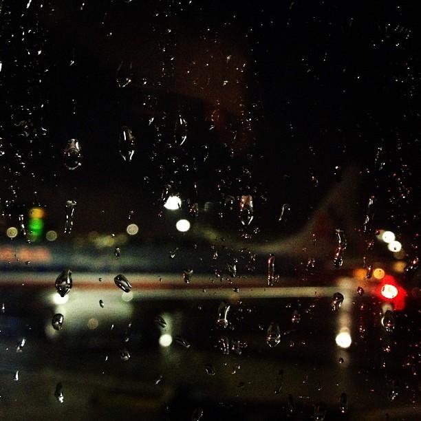 Oh Il pleut! #plane #americanairlines #traveling #airport #Boston  (at Boston Logan International Airport (BOS))