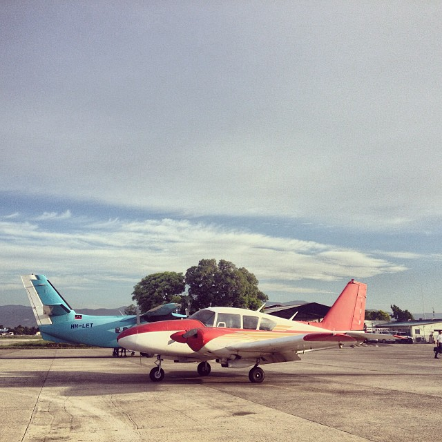 —> au Cap #tarmac #plane #haiti #graphcity #flying (at Aérogare Guy Malary)